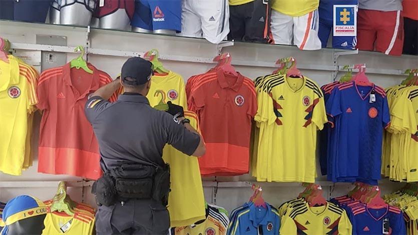 Fiscalía desmanteló la principal fábrica de camisetas falsas de la Selección  Colombia. 0. 0 77b440f85f159