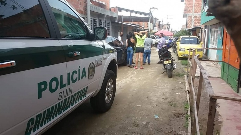 Según las autoridades, la victima, identificada comoYadira Bonilla Epinel, de 36 años, recibió varios impactos de bala cuando se desplazaba en su vehículo por el barrio Milagro de Dios, ubicado en la parte trasera de la cárcel de Picaleña.