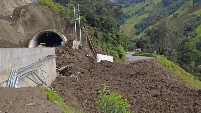 Cierran la vía Cajamarca – Calarcá debido a una avalancha de tierra