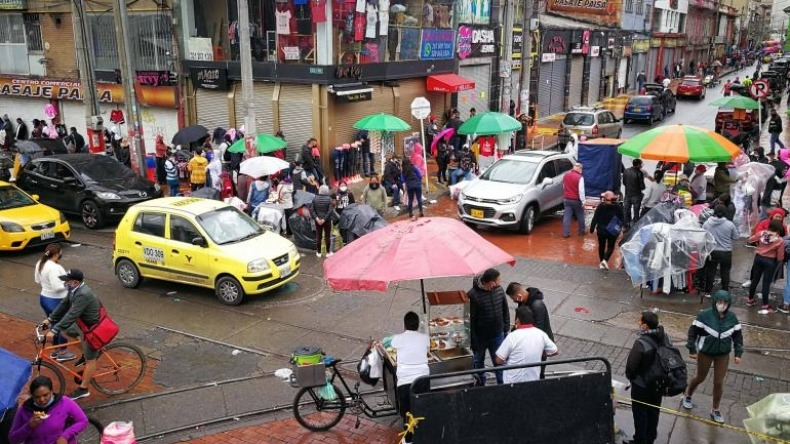 Popular venta de ropa de San Victorino de Bogotá llega a Ibagué
