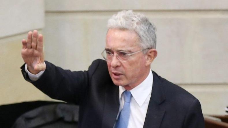 Uribe pide que soldados y policías puedan utilizar sus armas para defender su integridad