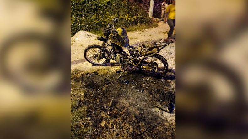 En pérdida total quedó motocicleta de la Policía que fue incinerada en Ibagué
