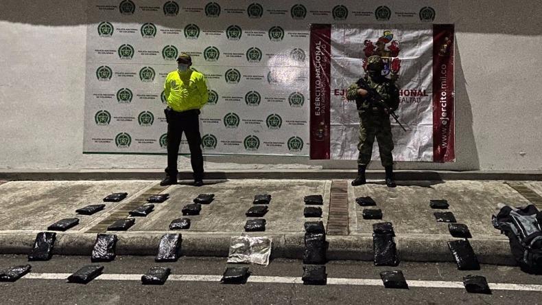 Motociclista arrojó maletín con 17.500 dosis de marihuana para huir de un retén del barrio El Salado de Ibagué