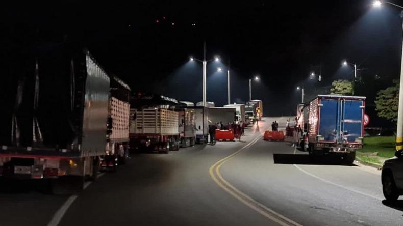 Transportadores bloquean esta noche dos vías a las afueras de Ibagué