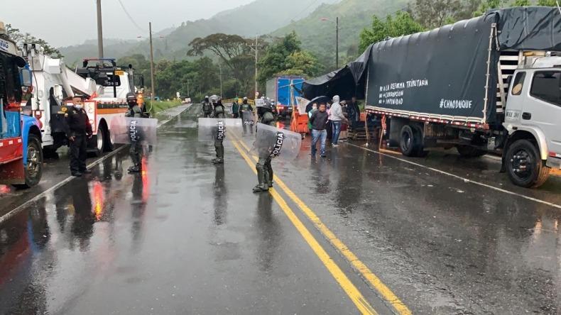 Por la fuerza, autoridades abrieron paso en el sector de Boquerón, en el sur de Ibagué