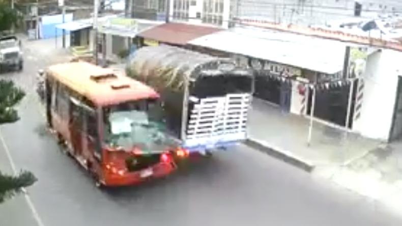 Bus de servicio público invadió carril y chocó contra un camión en Ibagué