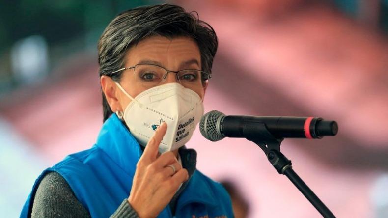 """Claudia López llamó """"oportunistas irresponsables"""" a Uribe y Petro"""