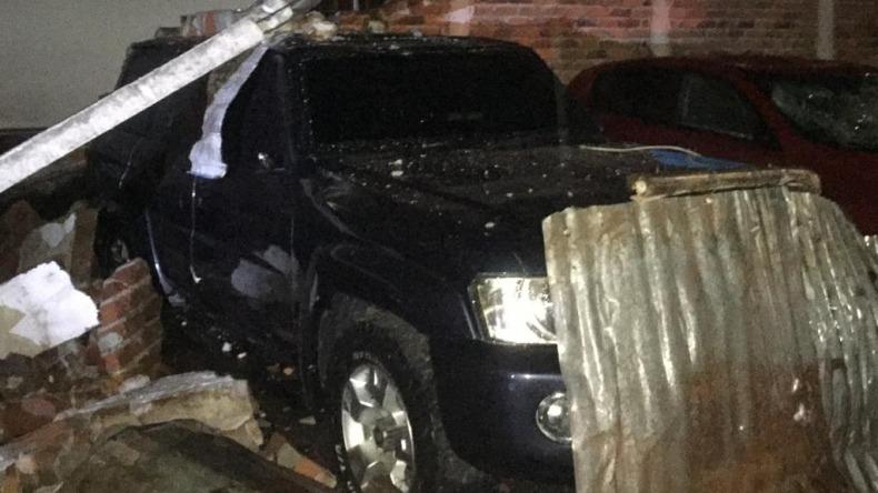 Una docena de vehículos averiados por el desplome de un muro en un parqueadero de Ibagué