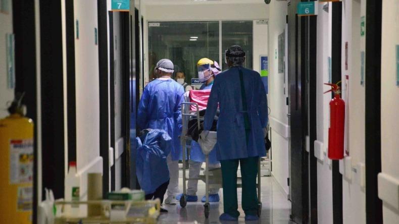 Pacientes de COVID-19 están siendo trasladados a otras regiones del país