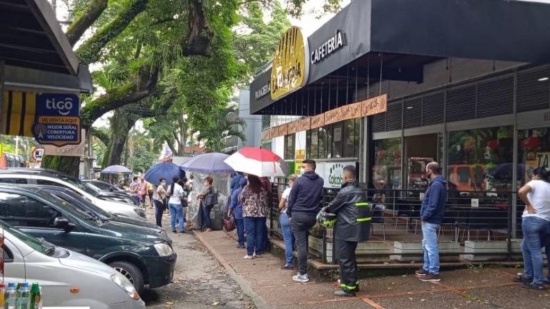Denuncian largas filas para recibir atención en sucursal del banco BBVA en Ibagué