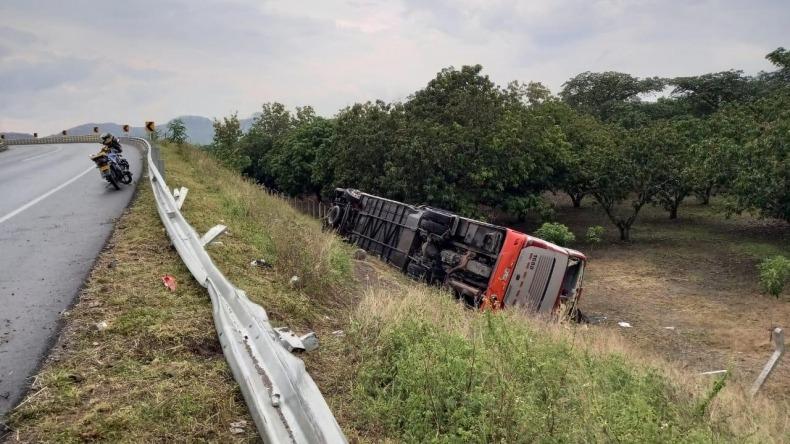 Cinco heridos dejó volcamiento de bus de transporte público en la vía Ibagué- El Espinal