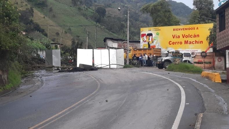 La vía Ibagué – Calarcá amaneció bloqueada por protesta de transportadores