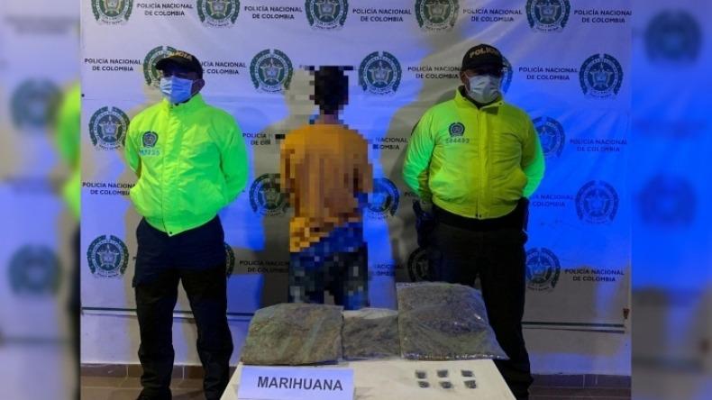 A la comunidad le pareció sospechoso y la policía lo sorprendió con 3 mil dosis de marihuana