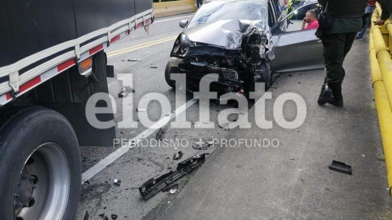 Fuerte choque entre dos vehículos en la vía Calarcá - Ibagué