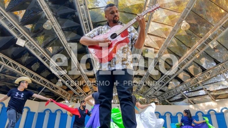 El 'mochilero' argentino que se enamoró de una ibaguereña, tuvo un hijo y ahora canta en las calles de la ciudad