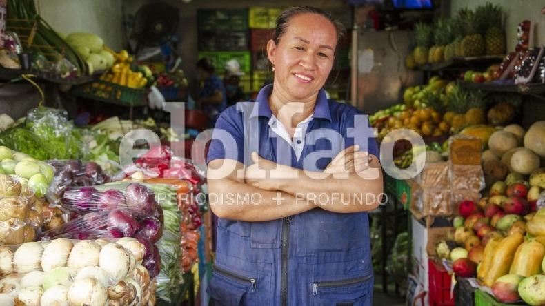 Retrato de una guerrera: la mujer que ha logrado sacar adelante a su familia vendiendo frutas y verduras en Ibagué