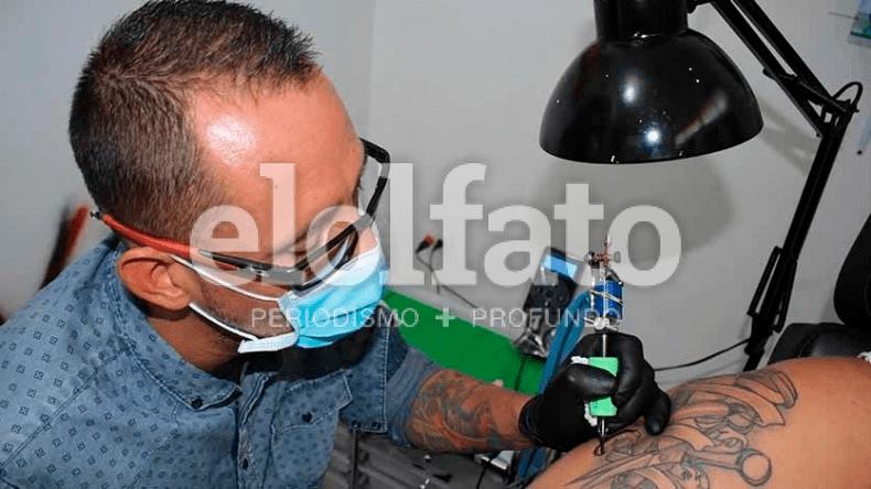 Sobrevivió a una descarga eléctrica, perdió un brazo y hoy es un gran tatuador