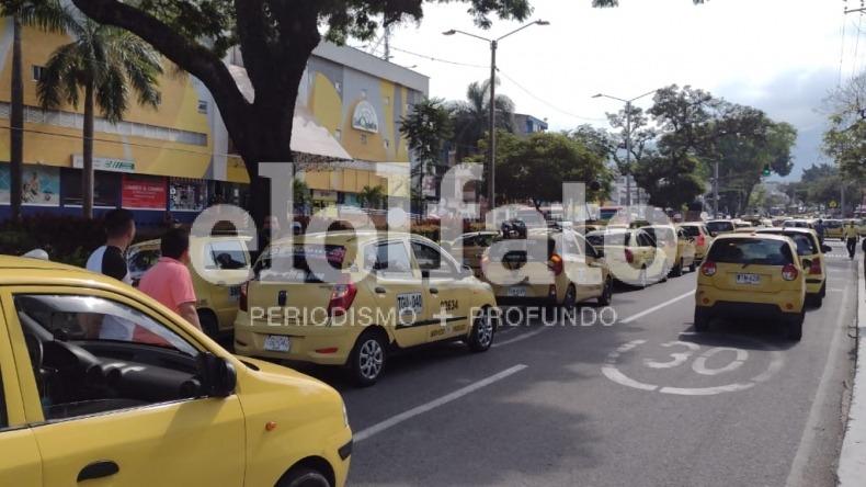 Largos trancones en la carrera Quinta por manifestación de taxistas