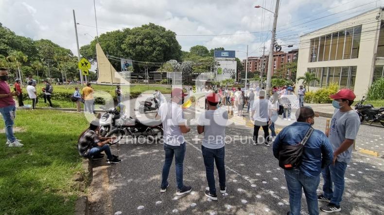 Estudiantes bloquean la glorieta de la Universidad de Ibagué