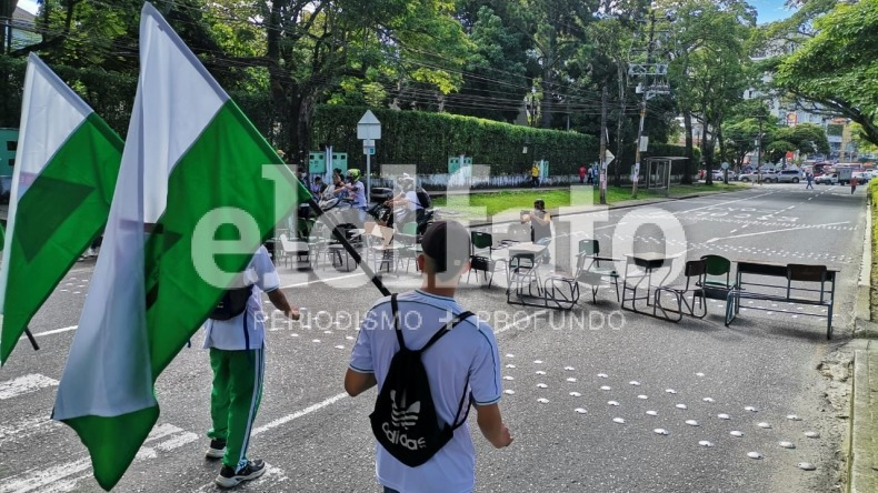 Estudiantes del colegio San Simón protestan y bloquean la carrera Quinta