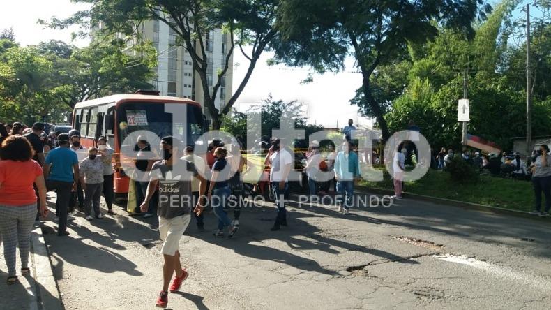Ciudadanos bloquean la avenida Ambalá por invasión en cerro de la comuna Seis de Ibagué