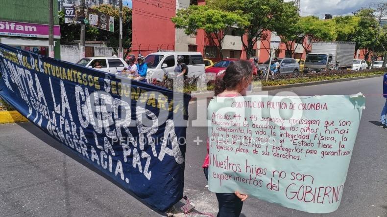 Padres de familia protestan y bloquean el paso vehicular en la calle 69 con Guabinal