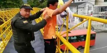 Embedded thumbnail for Policía retiene temporalmente a médico y líder del Polo Democrático en Ibagué