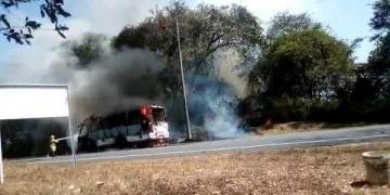Embedded thumbnail for Un bus intermunicipal se incineró a las afueras de Ibagué