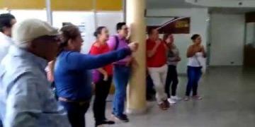 Embedded thumbnail for Trabajadores del Hospital Reina Sofía de Lérida protestaron en la Gobernación del Tolima