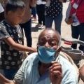 Niños de 7 y 11 años llevaron a su abuelo en un coche de bebé para ser vacunado en México