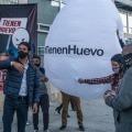 Activistas llevaron un huevo gigante a las inmediaciones del Ministerio de Hacienda