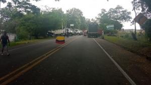 Manifestantes y vehículos de carga pesada bloquean cuatro vías en el Tolima