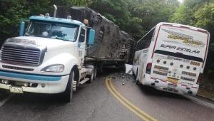 Bus de la Empresa Arauca colisionó contra un tractocamión en la vía Fresno-Mariquita