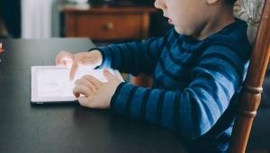 Sobreúso de pantallas afectaría salud auditiva de los niños, advierten especialistas
