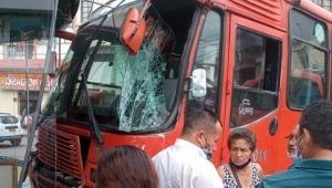 Fuerte choque entre dos busetas de servicio público en el centro de Ibagué