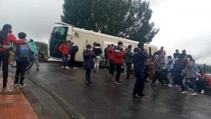 Bus escolar se volcó en vía de Cundinamarca