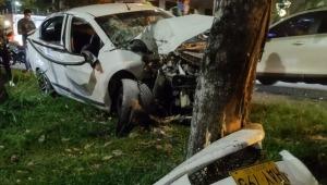 Vehículo chocó contra un árbol y dejó heridas a cuatro personas en la Avenida Ambalá