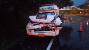 Ambulancia colisionó contra una camioneta sobre la variante de Chicoral