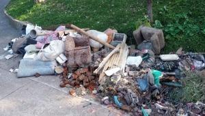 Denuncian suciedad y presencia de roedores por mala disposición de residuos sacados de la casa de 'Hippie'