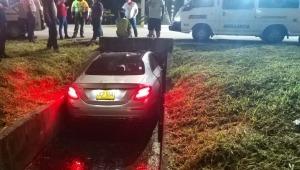 Vehículo de alta gama acabó en un canal de aguas cerca al Aeropuerto Perales