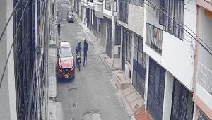 A plena luz del día, delincuentes en moto le robaron accesorios a una camioneta en Ibagué
