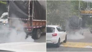 'Carro chimenea' fue grabado mientras transitaba por el sector de Mirolindo en Ibagué