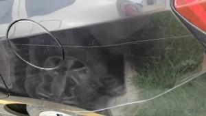 Limpiavidrios habría rayado el vehículo a mujer que se negó a darle una moneda