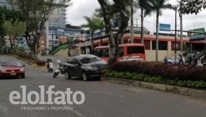 Vehículo se subió al separador y chocó contra un árbol en la avenida Guabinal de Ibagué