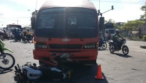 Presunta imprudencia de motociclista provocó fuerte accidente frente al barrio Santa Ana
