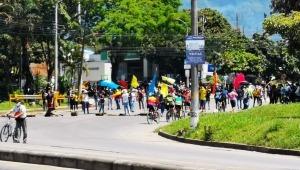 Jóvenes bloquean la glorieta de Mirolindo en Ibagué