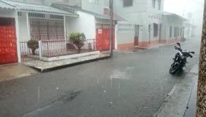 Varios sectores inundados por colapso del sistema de alcantarillado en Honda