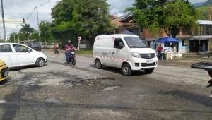 Peligrosos huecos se encuentran en la vía que comunica la avenida Ambalá con El Salado
