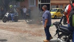Comunidad incineró la moto de dos presuntos delincuentes en el barrio la Francia de Ibagué