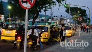 Persisten trancones en la avenida Guabinal por parqueo de vehículos frente a Acqua